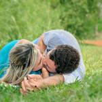 Mladý pár v trávě
